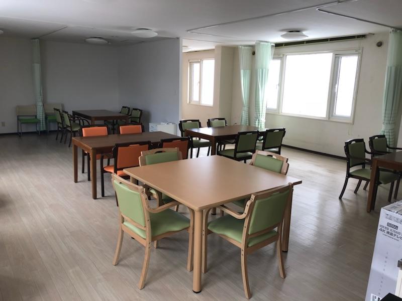 介護職員・夜勤専従の募集 コール対応、巡回、夕食・朝食の誘導 館内清掃
