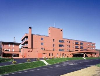介護老人保健施設内における、入所者の方々への食事・入浴・排泄 等の身体介助及び介護、在宅復帰に向けたケアを行っていただきま す。