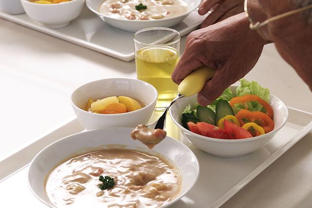 お食事を高齢者向け施設の方へ提供するお仕事です。約30名分のお食事を盛りつけます。食器の洗浄とそれに付随する業務を行っていただきます。