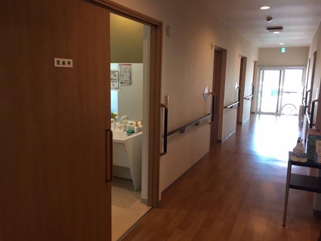 居室29部屋の住宅型有料老人ホームの入居者のお世話です ほぼ自立の入居者も多く、夜間で介護が必要な方は数名です ・定期的なオムツ交換 ・排泄のコール対応 ・更衣介助 ・口腔ケア介助 ・食事介助 ・安否確認等の業務をお願いします  *勤務時間内(19時~翌朝7時30分)の間は一人勤務になりま すが、夜間の連絡、サポート体制は万全です。 ○最初の数回は先輩と2名で業務にあたり、慣れるまで丁寧に業務 をお伝えします。 ○職場の見学など、随時受け付けています。  是非一度、ご連絡ください。